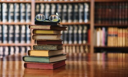 Image illustrant l'article pile-livres-verres-dans-bibliotheque_23-2147711446 de Clio Prépas